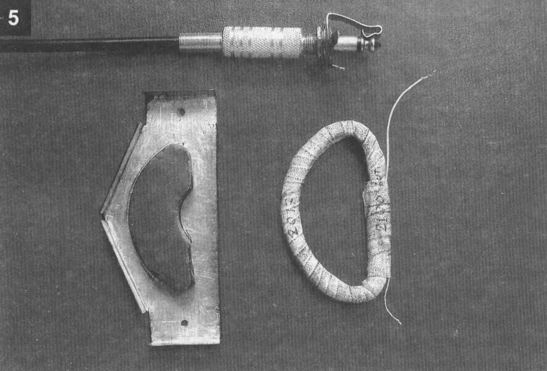 Почти готовый звукосниматель: корпус из двух слоев луженой жести. У половинки магнита необходимо на наждаке закруглить острые кромки. Справа - готовая бескаркасная катушка в бандаже из медицинского лейкопластыря шириной 10 мм Вверху - штекер и гнездо «моно» диаметром 6,3 мм