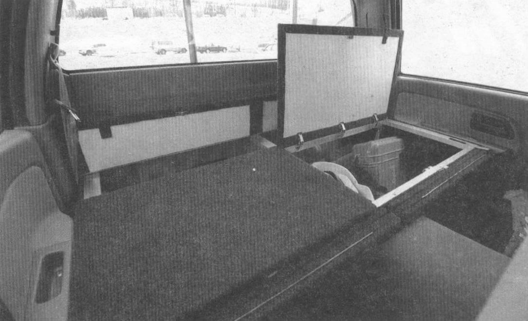 Грузовой органайзер содержит два больших отсека и один поменьше, расположенный вдоль задней стенки салона. Спереди на ящике закреплены панели, разворачивающиеся в спальные места