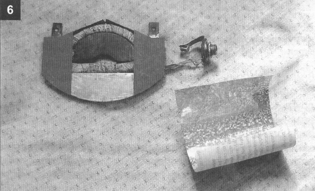 К готовому корпусу звукоснимателя припаян декоративный сегмент из жести. К нему также приклеевается пластик и наносится самоклеющаяся золотистая пленка (справа). К концам катушки припаяно гнездо «моно» диаметром 6,3 мм