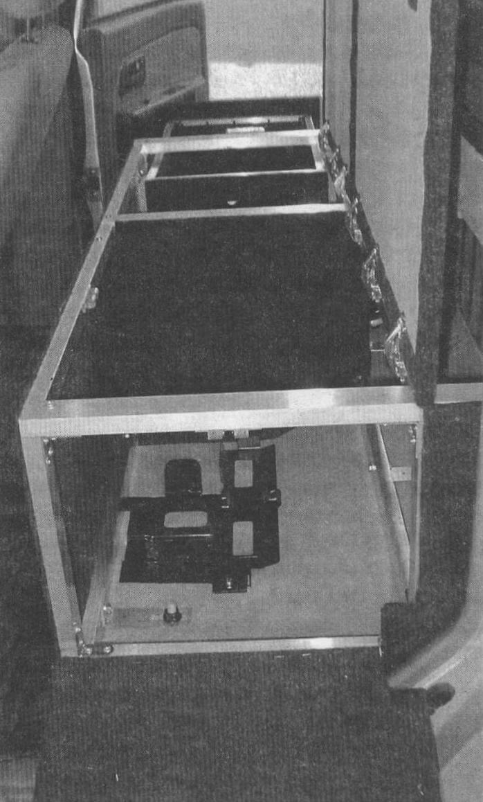 Крепление «чудо-ящика» осуществляется на штатные шпильки снятого заднего сиденья