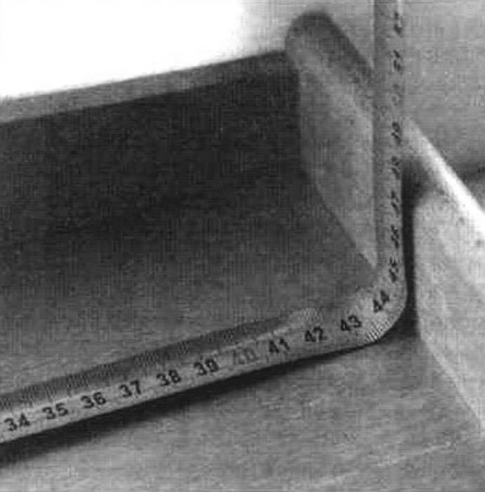 А так измерять проемы нельзя: показания будут неточными и есть вероятность поломки ленты рулетки