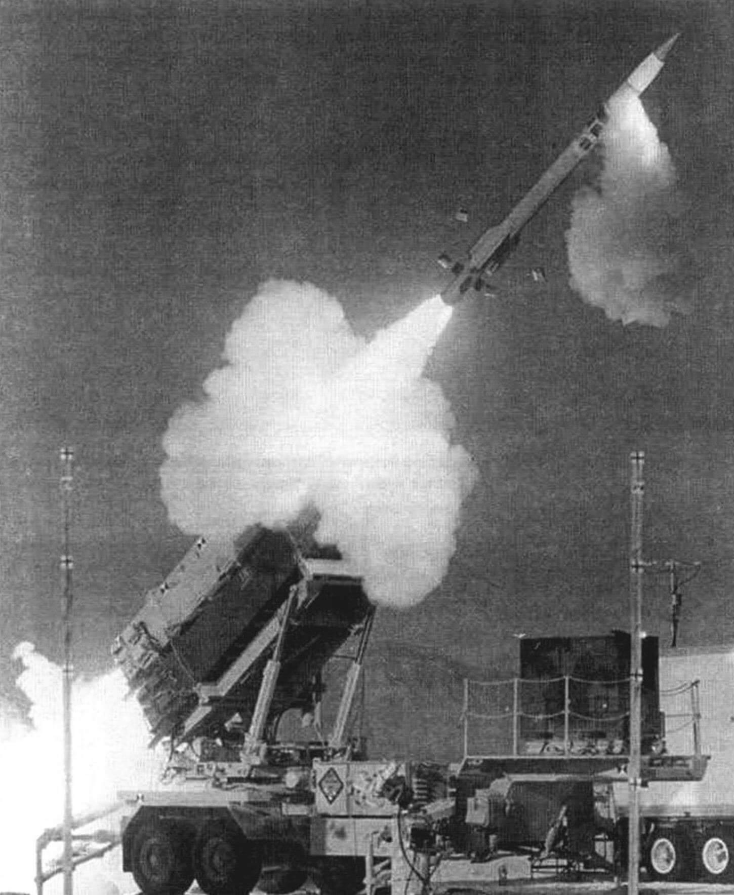Старт ракеты MIM-104F (РАС-3). Видно, как сработал микродвигатель системы управления