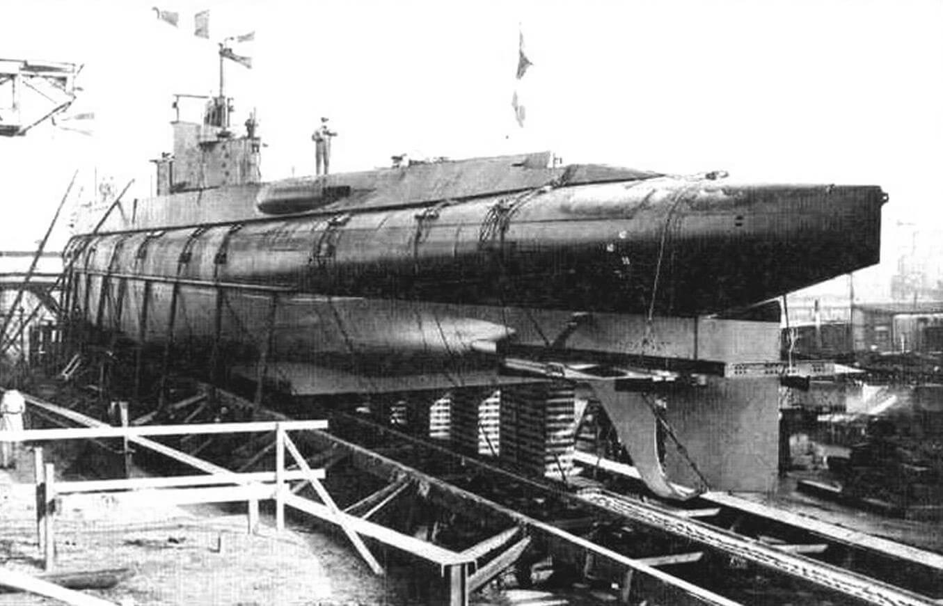 Подводная лодка «О-21» (Голландия, 1940 г.). Строилась на верфи «Де Шельде». Тип конструкции полуторакорпусный. Водоизмещенис надводное/подводное 935/1350. Размеры: длина 78 м, ширина 6,5 м, осадка 3,8 м. Глубина погружения - до 100 м. Двигатель: два дизеля, мощность 5200 л.с., два электромотора, мощность 1000 л.с., скорость надводная/подводная 19,5/9 уз. Вооружение: восемь 533-мм торпедных аппаратов (четыре в носу, два в корме, два в поворотной установке на палубе, 14 торпед), одно 88-мм и два 40-мм зенитных орудия, один 12,7-мм пулемет, 40 мин. Экипаж: 55 чел. В 1939-1941 годах на воду спущены семь единиц, «О-21» - «О-27». Оборудованы устройством РДП. «О-21» - «О-24» уведены в Англию, где окончательно введены в строй. «О-22» потоплена германским тральщиком в ноябре 1940 г., три другие пережили войну и сланы на слом в конце 1950-х годов. Три последние единицы серии захвачены немцами, получили обозначения «UD-3»-«UD-5», затоплены в мае 1945г. «О-27» поднята и введена в состав флота Голландии, сдана на слом в 1959 г.