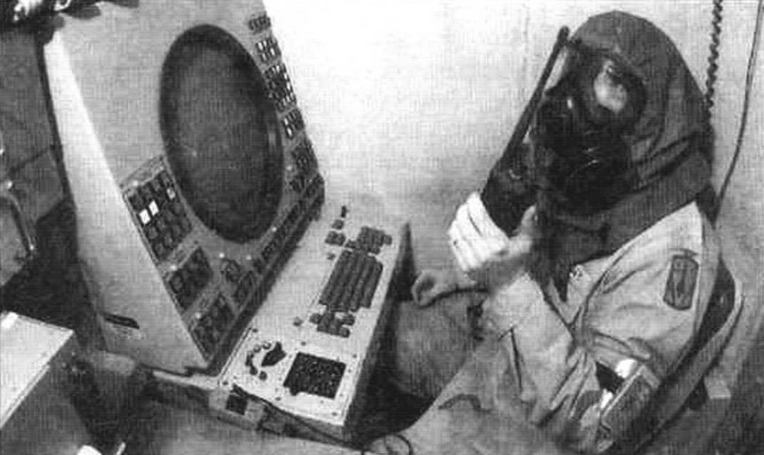 При применении оружия массового поражения операторы станции управления огнем AN/MSQ-104 работают в средствах индивидуальной защиты