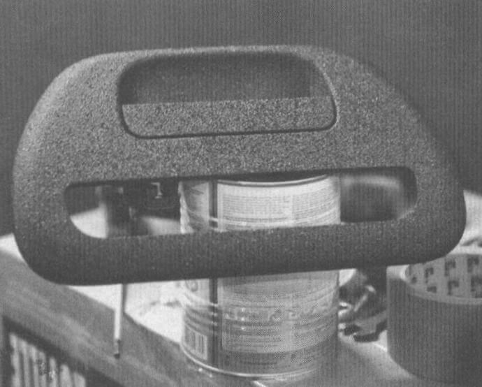 Пока кузов сохнет, самое время заняться обработкой демонтированных элементов: дверных ручек, накладок, молдингов, порогов, арок и т.п.