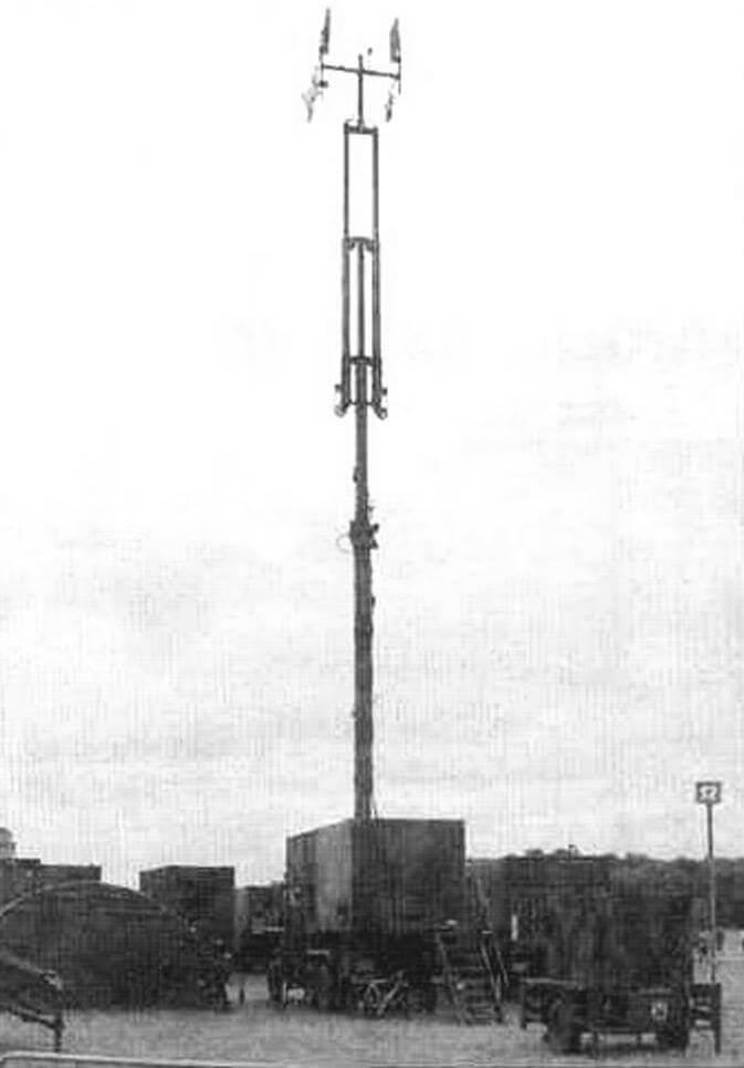 Станция управления перехватом AN/MSQ-104. Принимает информацию с ракеты и передaeт на ее борт команды управления