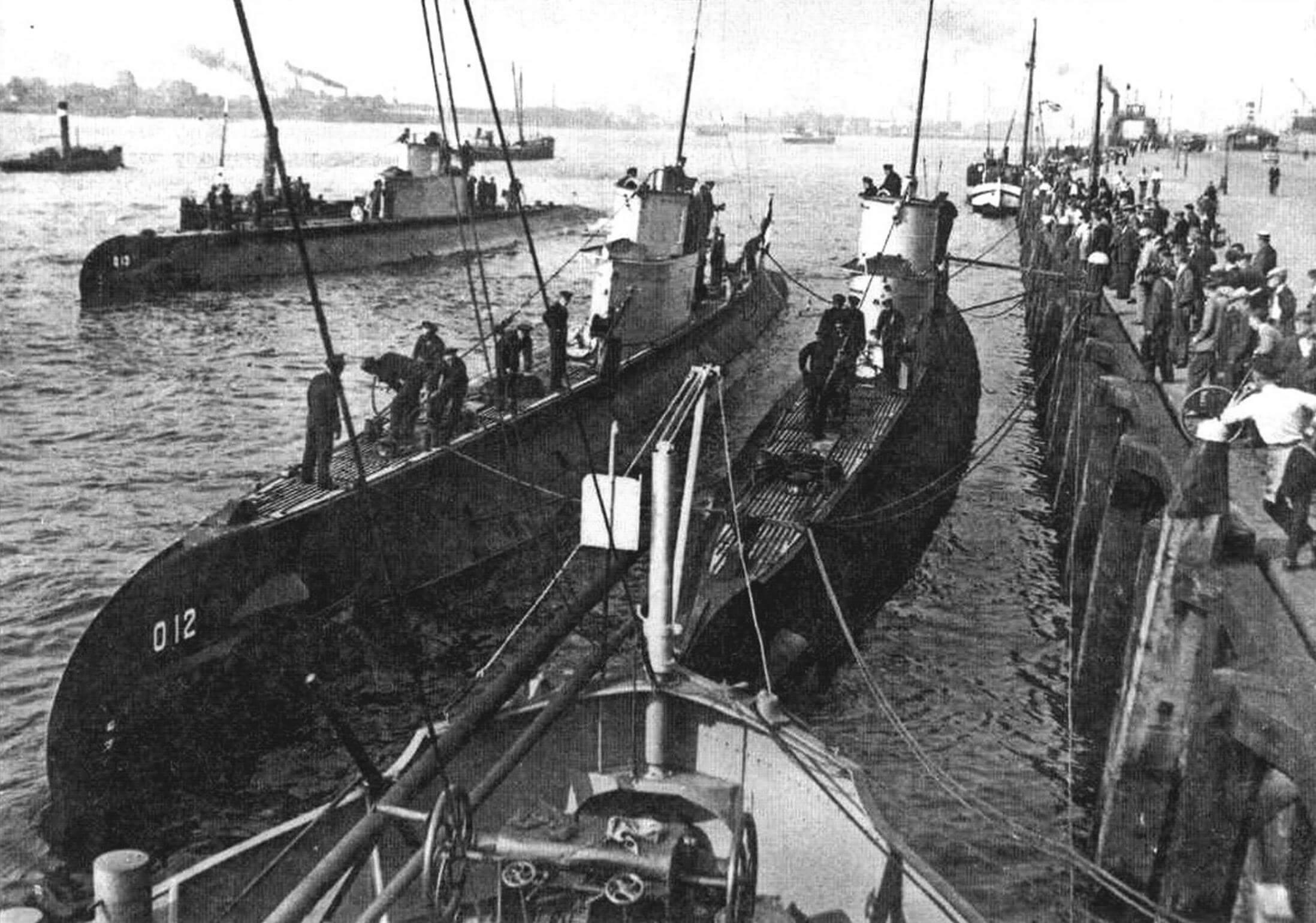 Подводная лодка «О-13» (Голландия, 1932 г.). Строилась на верфи «Де Шельде». Тип конструкции - полуторакорпусный. Водоизмещение надводное/подводное 570/715 т. Размеры: длина 60,5 м, ширина 5,6 м. осадка 3 м. Глубина погружения до 60 м. Двигатель: два дизеля, мощность 1800 л.с., два электромотора, мощность 620 л.с., скорость надводная/ подводная 15/8 уз. Вооружение: пять 533-мм торпедных аппаратов (четыре в носу и один в корме, десять торпед), один-два 40-мм зенитных автомата. Экипаж: 31 чел. В 1932 - 1933 годах построены четыре единицы. «О-12» - «О-15». «О-13» потоплена по ошибке польской ПЛ «Вылк» в июне 1940 г., «О-12» захвачена немцами в мае 1940 г. и затоплена в мае 1945 г. Две других сданы на слом в 1944-1947 годах.