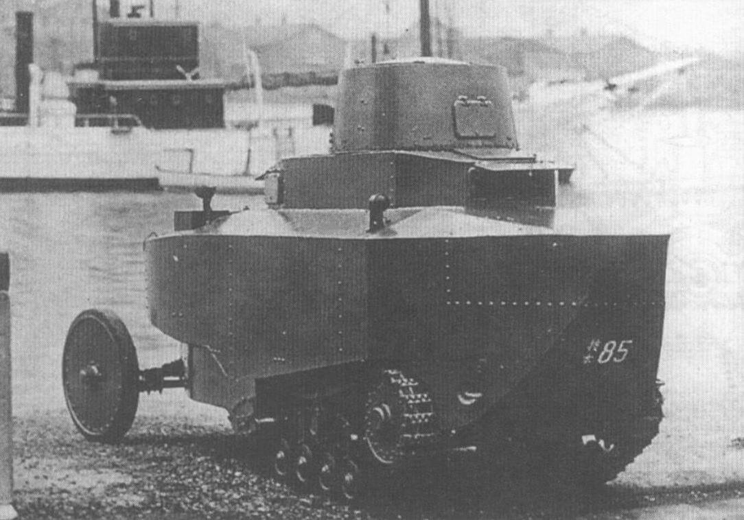 Модернизированный вариант плавающего танка «Сумида АМП» во время испытаний. Хорошо виден кормовой поплавок и открытый смотровой лючок заднего поста управления