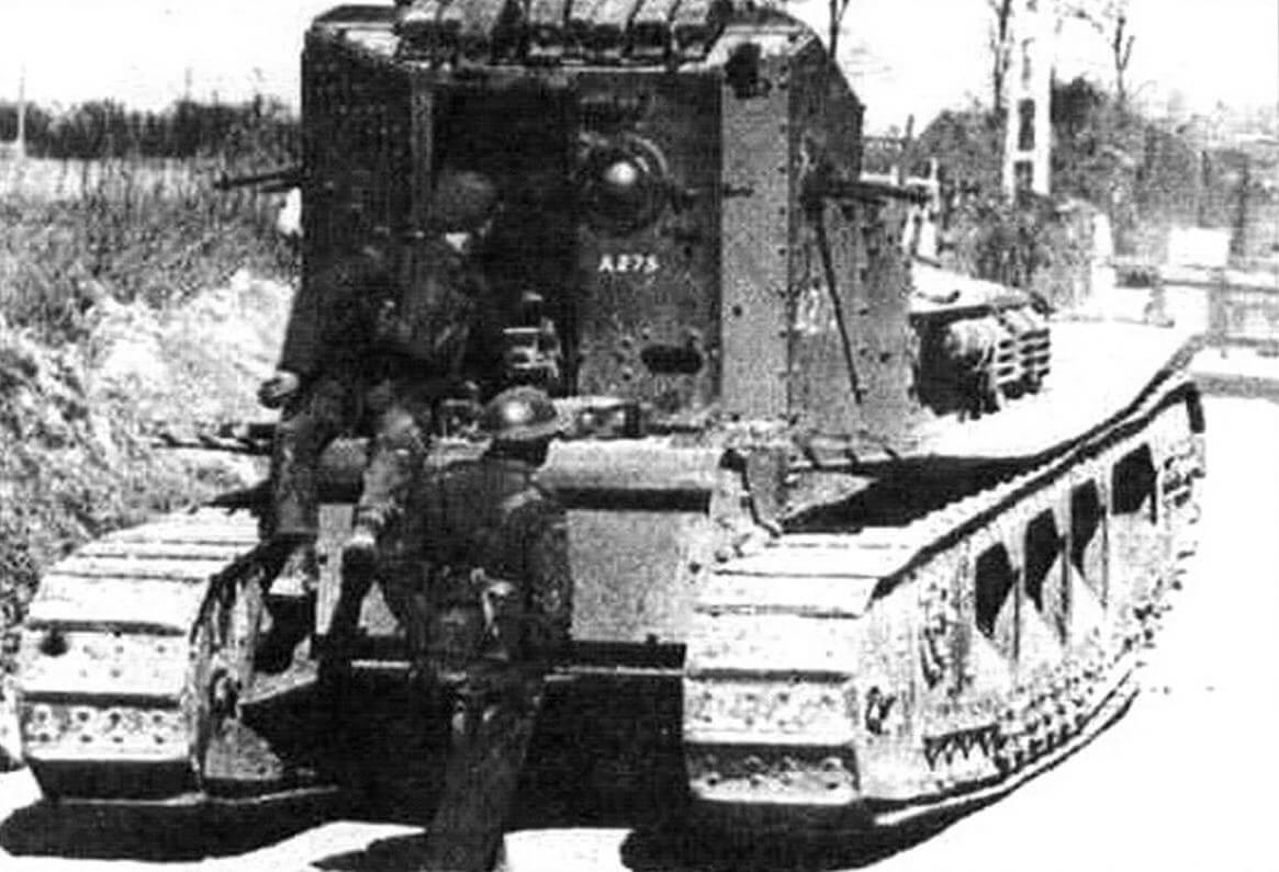Открытая дверь в башне танка