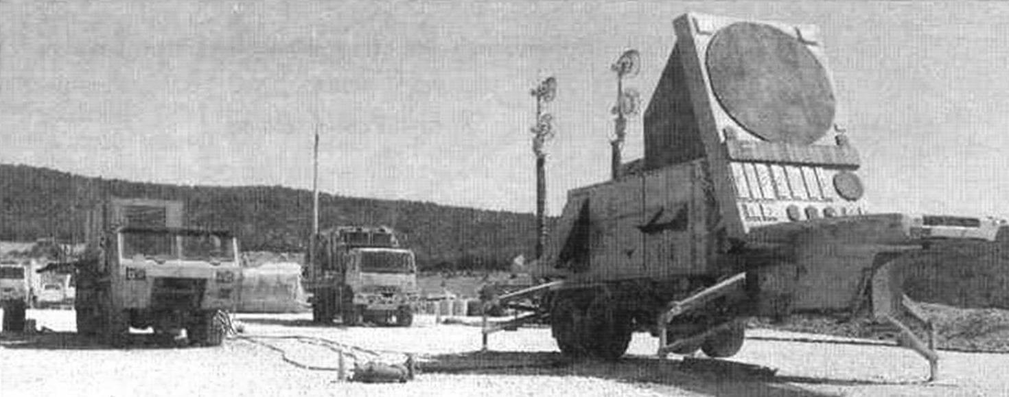 РЛС AN/MPQ-53. На заднем плане - антенны радиорелейной станции ОЕ-349 и станция управления перехватом AN7MSQ-104, с убранными антеннами. Слева - энергетическая установка ЕРР