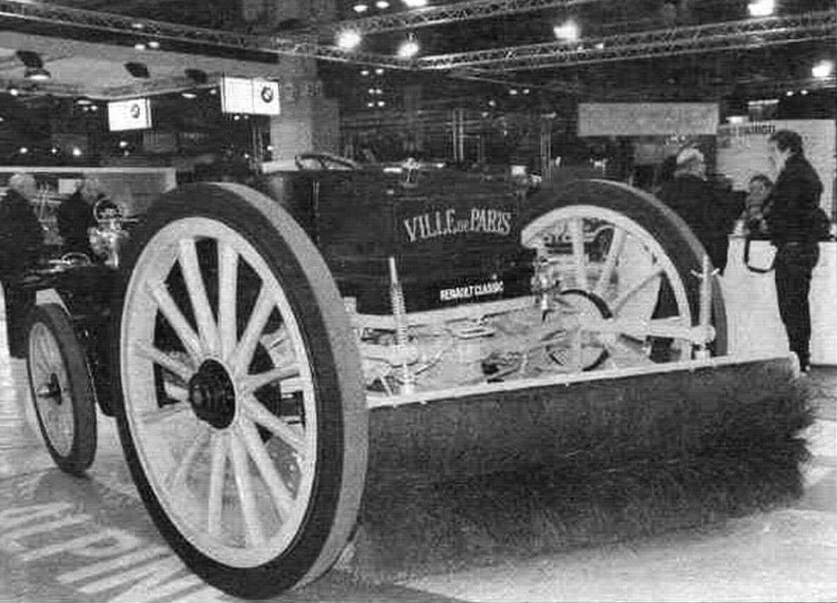 Эта подметальная машина построена на шасси Renault Туре DM 1913 года