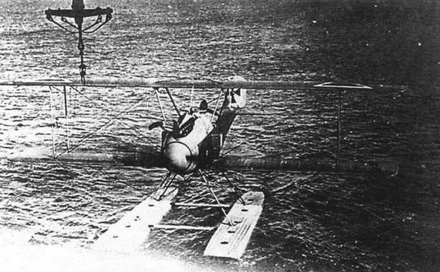 «Альбатрос» W.4 первой серии подходит под кран для подъема на берег, Боркум, 1917 г.