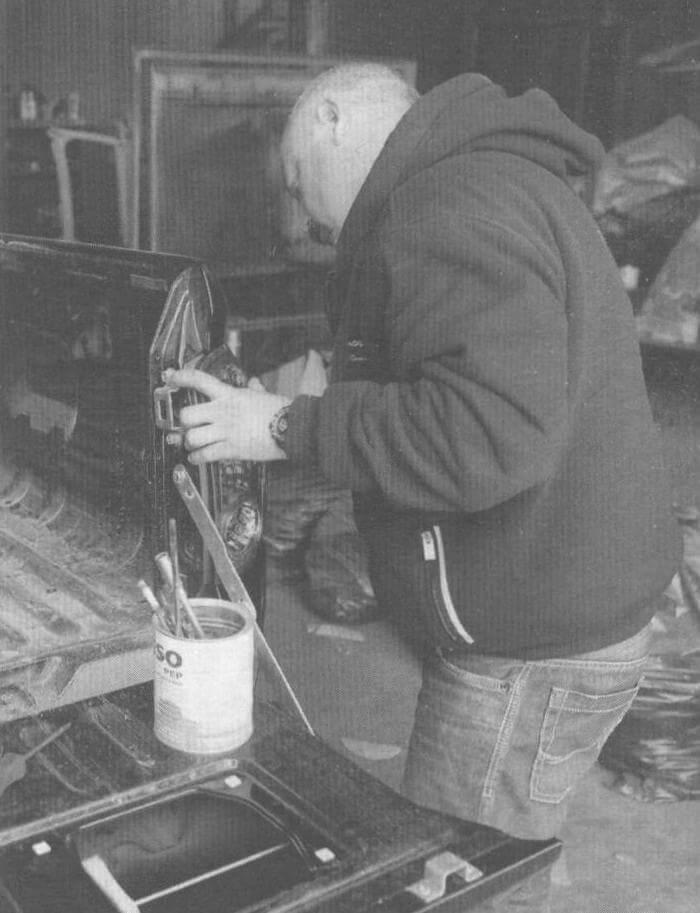 Подготовка к нанесению защитного покрытия начинается с демонтажа элементов, которые не должны быть покрашены. Снимает блоки задних фонарей...