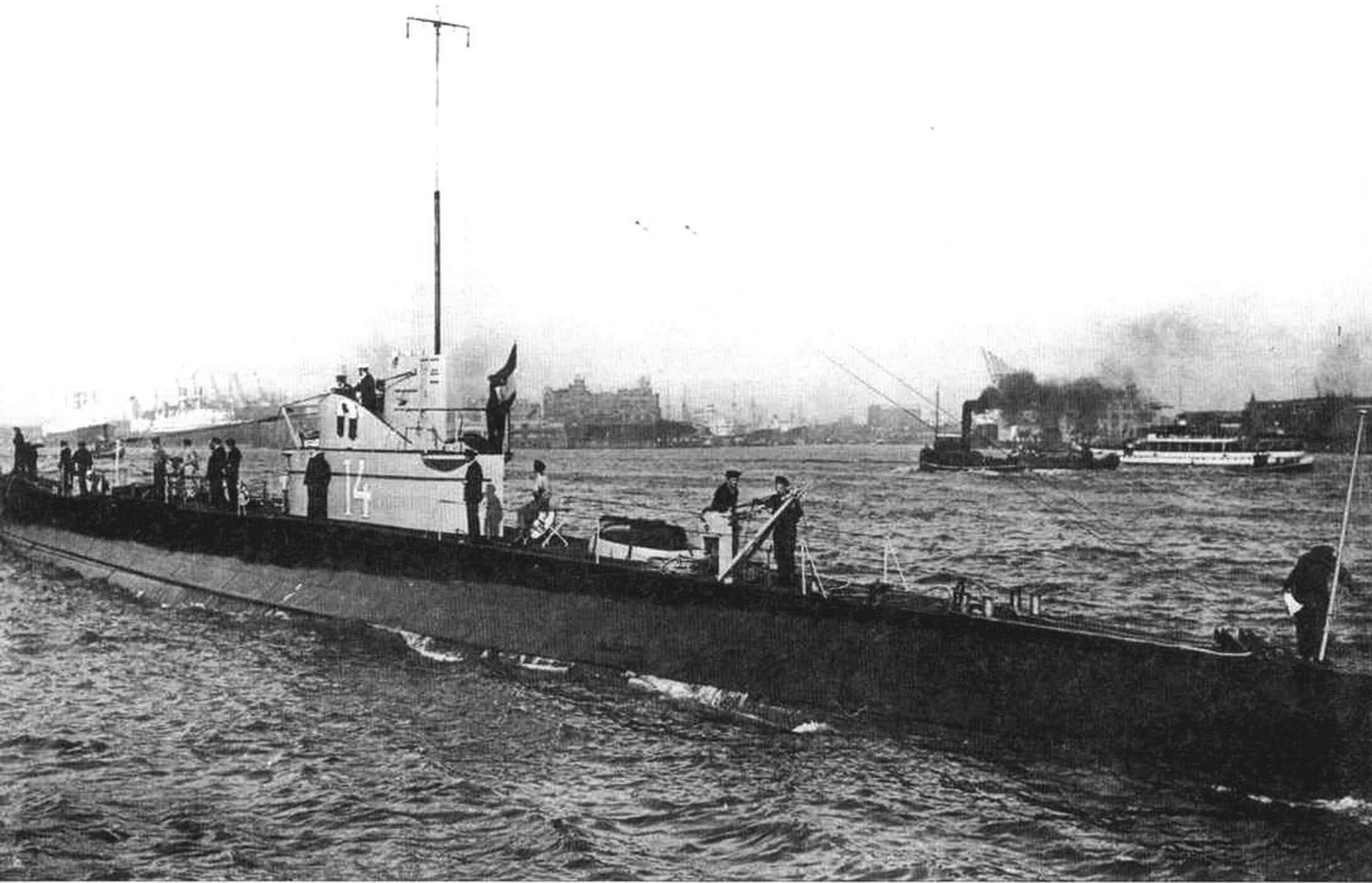 Подводная лодка «К-XIV» (Голландия, 1933 г.). Строилась на верфи «Роттердамс» в одноименном городе. Тип конструкции полуторакорпусный. Водоизмещение надводное/подводное 770/1010 т. Размеры: длина 74 м, ширина 7,6 м, осадка 3,9 м. Глубина погружения до 80 м. Двигатель: два дизеля, мощность 3200 л.с. + два электромотора, мощность 1000 л.с., скорость надводная/подводная 17/9 уз. Вооружение: восемь 533-мм торпедных аппаратов (четыре в носу, два в корме, два в поворотной установке на палубе, 14 торпед), одно 88-мм и два 40-мм зенитных орудия. Экипаж: 38 чел. В 1933-1934 годах построены пять единиц, «К-XIV» - «К-XVIII». «К-ХVII» потоплена в боях в декабре 1942 г. «К-ХVIII» затоплена командой, поднята японцами и введена в состав Императорского флота. Потоплена британской ПЛ в июле 1945 г. Две других сданы на слом в 1946 г.