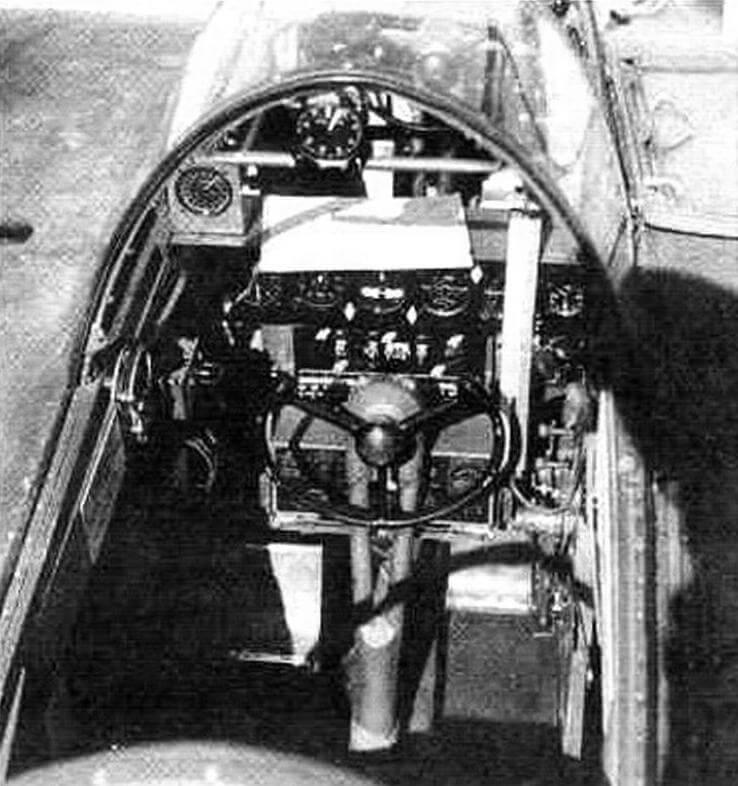 Задняя кабина имела полный комплект пилотажных приборов