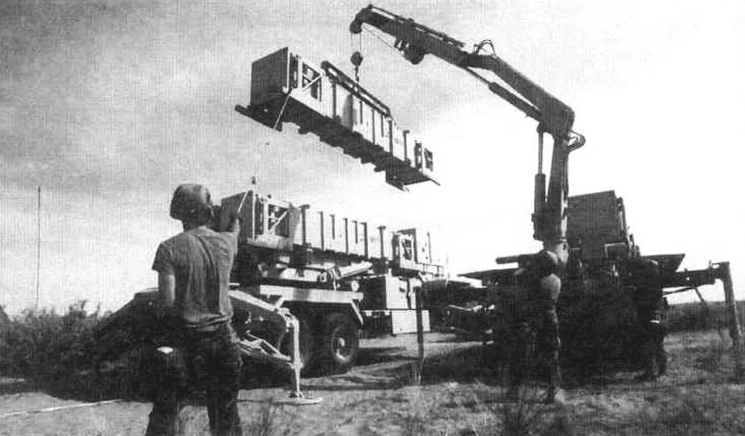 Кроме основных боевых средств, в каждой батарее «Пэтриот» числятся восемь вспомогательных машин, таких, как этот автокран, с помощью которого заряжают пусковую установку М901