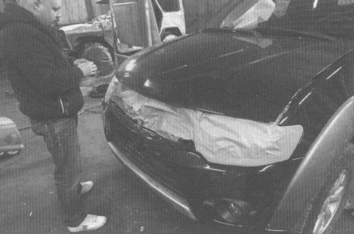 Аналогично поступаем и с передней частью автомобиля: защищаем фары, решетку радиатора и т.д. Удалить Raptor U-POL очень сложно, поэтому уделяем этой операции повышенное внимание