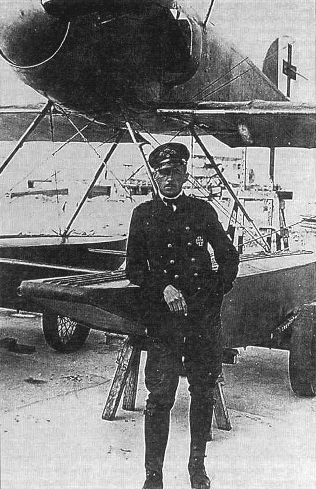 На фотографии, сделанной в середине 1918 г., видны на левом борту один из новых водо-радиаторов, «антискользящие» ребра на поплавках и введенные в марте 1918 года новые опознавательные знаки