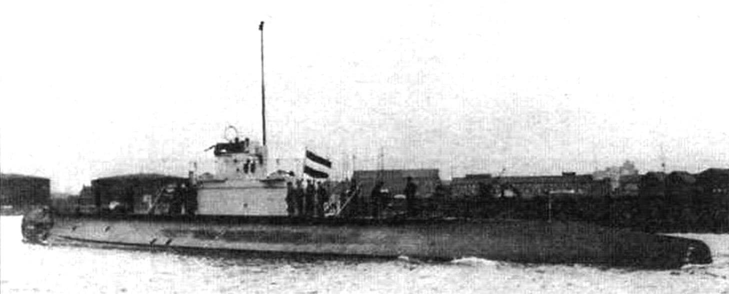 Подводная лодка «О-19» (Голландия. 1939 г.). Строилась на верфи «Вильтон-Фейенорд». Тип конструкции полуторакорпусный. Водоизмещение надводное/подводное 1000/1535 т. Размеры: длина 81 м, ширина 7,5 м, осадка 4 м. Глубина погружения - до 100 м. Двигатель: два дизеля, мощность 5200 л.с., два электромотора, мощность 1000 л.с., скорость надводная/подводная 19,25/9 уз. Вооружение: восемь 533-мм торпедных аппаратов (четыре в носу, два в корме, два в поворотной установке на палубе, 14 торпед), одно 88-мм н два 40-мм зенитных орудия, один 12,7-мм пулемет, 40 мин. Экипаж: 55 чел. В 1939-1940 годах построены две единицы, «О-19» и «О-20». Оборудованы устройством РДП. Первая погибла в результате навигационной аварии в 1945 г., вторая потоплена японским ЭМ в 1942 г.