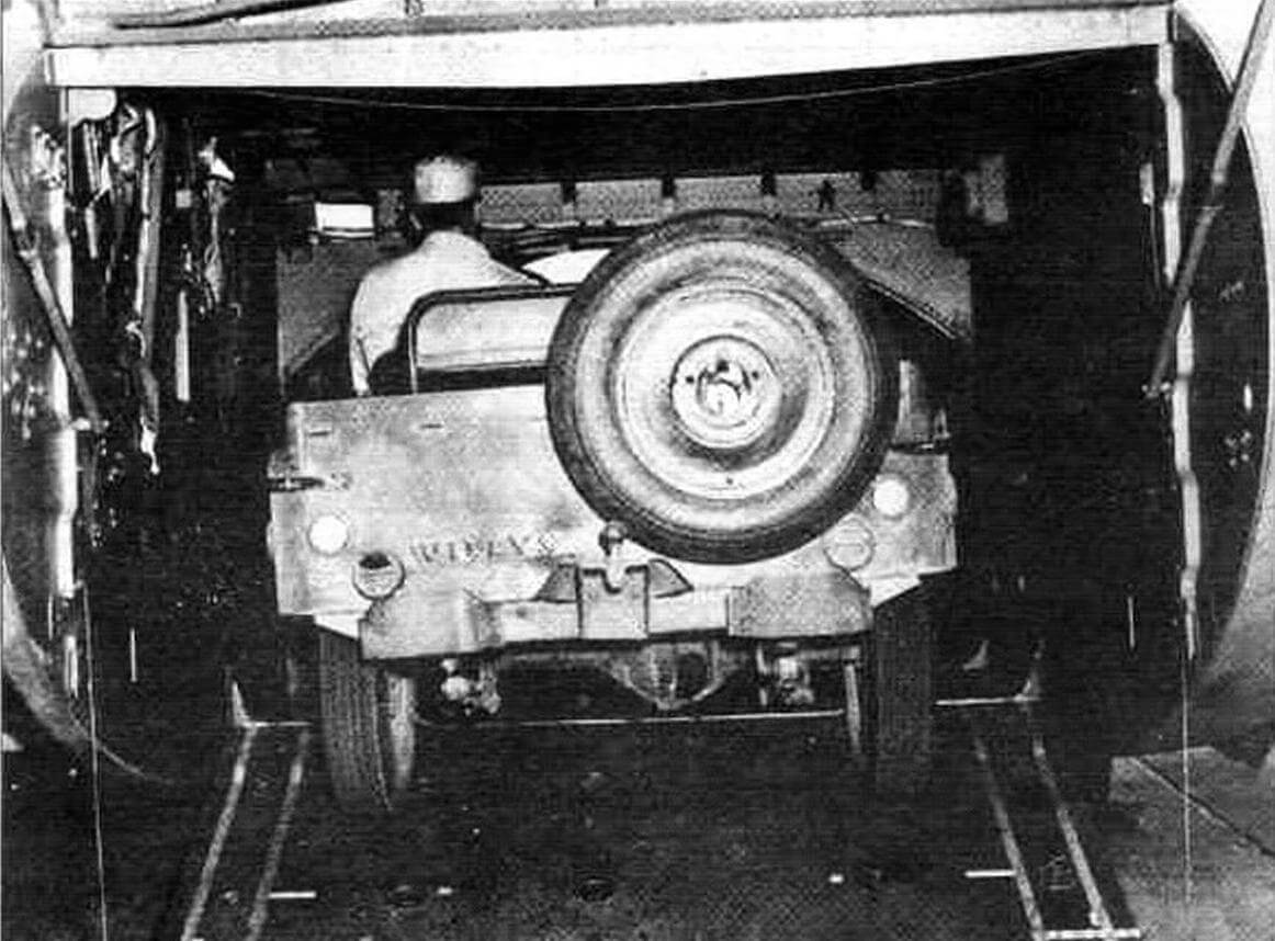 Загрузка автомобиля «Виллис». Рампа выпущена