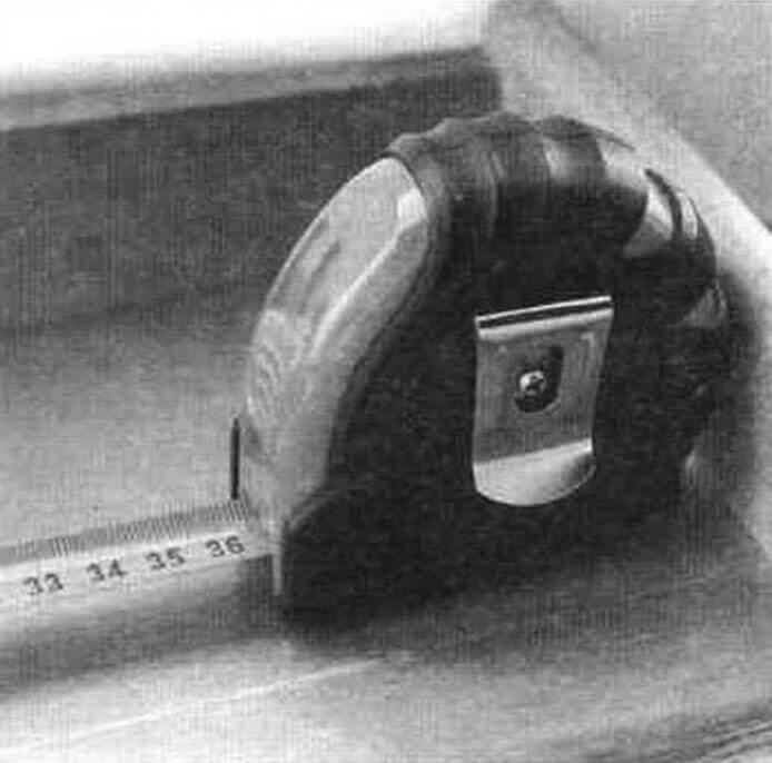 Измерение рулеткой внутренних проемов. Искомый размер определяется как сумма снятых со шкалы показаний и константы - ширины корпуса