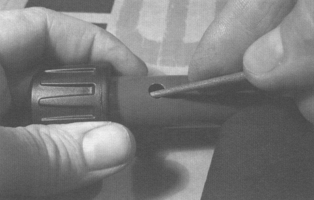 Зачистка внутренних заусенцев отверстий фиксаторов круглым надфилем