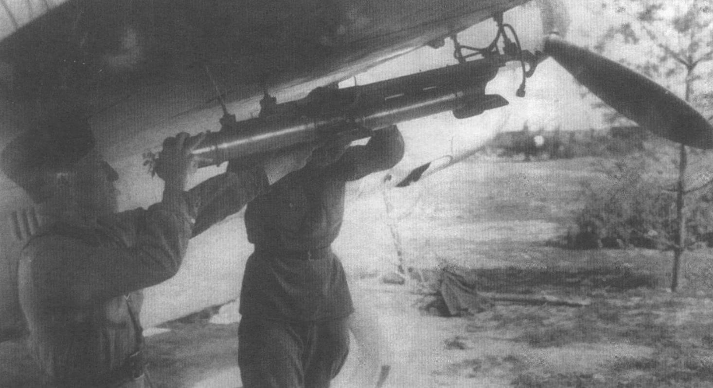 Подвеска реактивных снарядов РС- 82 для защиты задней полусферы на Пе-3 2-го дальнего разведывательного авиаполка