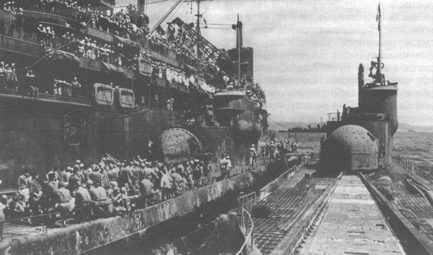 Подводная лодка I-400, на палубе которой видны ангар и направляющие катапульты для запуска самолета