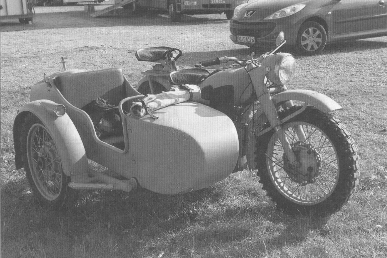 Мотоцикл М-72 с зеркалом заднего вида, установленным после войны