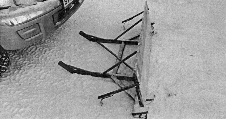 При помощи двух прочных болтов М12 отвал крепится к штатным буксирным проушинам пикапа...