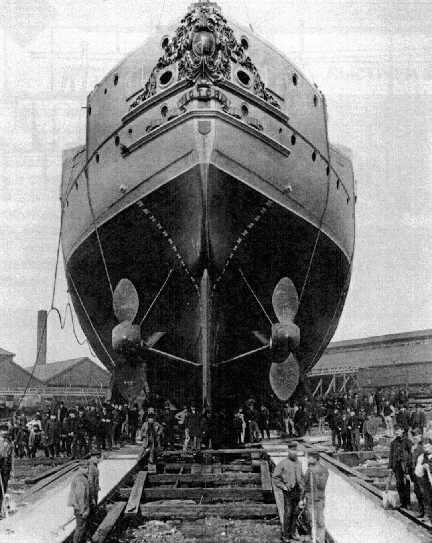 Корпус броненосеца «Виктория» на стапеле перед спуском. На корме корабля читается его новое название