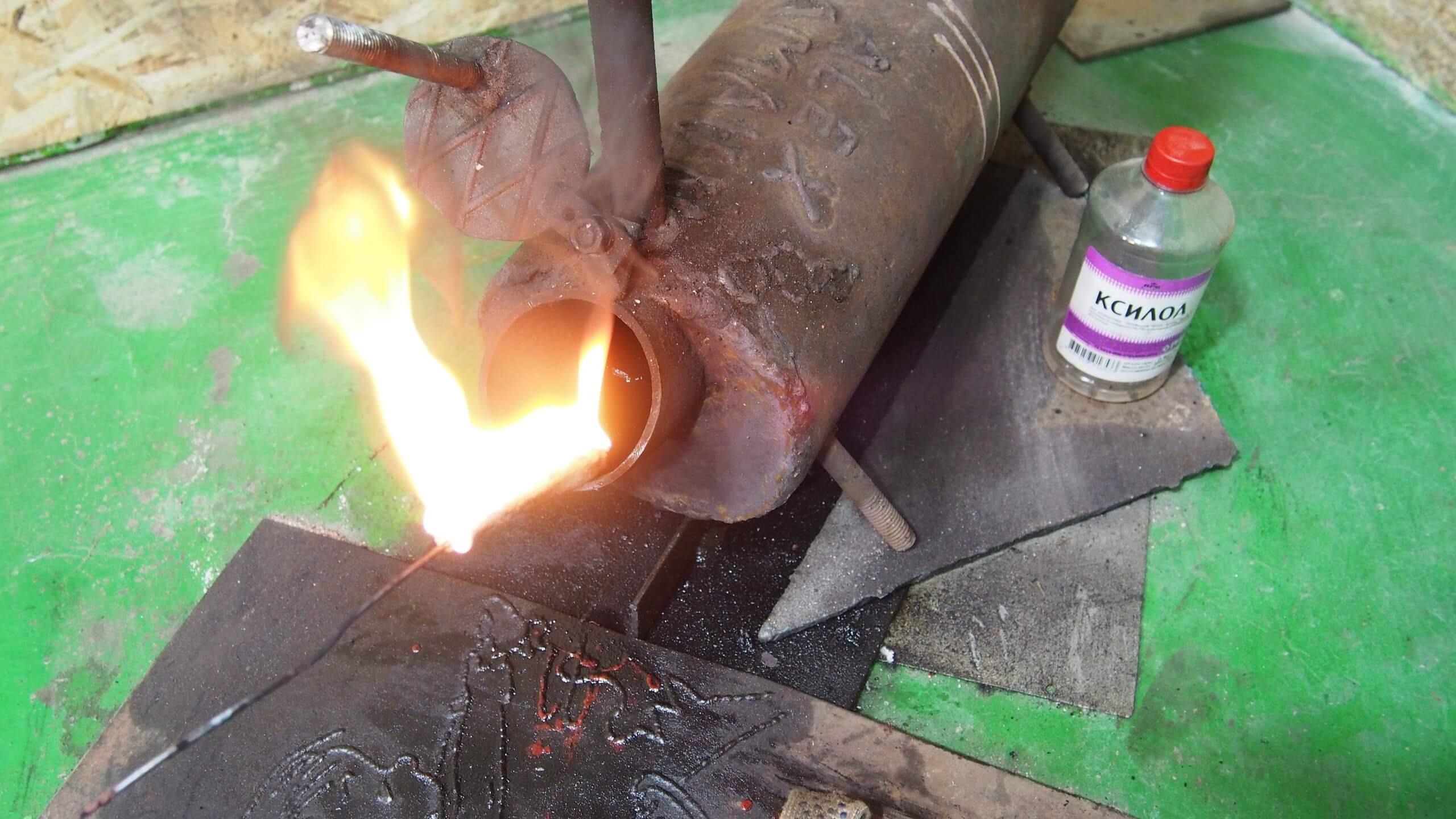 Для розжига печи используйте фитиль, смоченный легкогорючей жидкостью (но не бензином!)