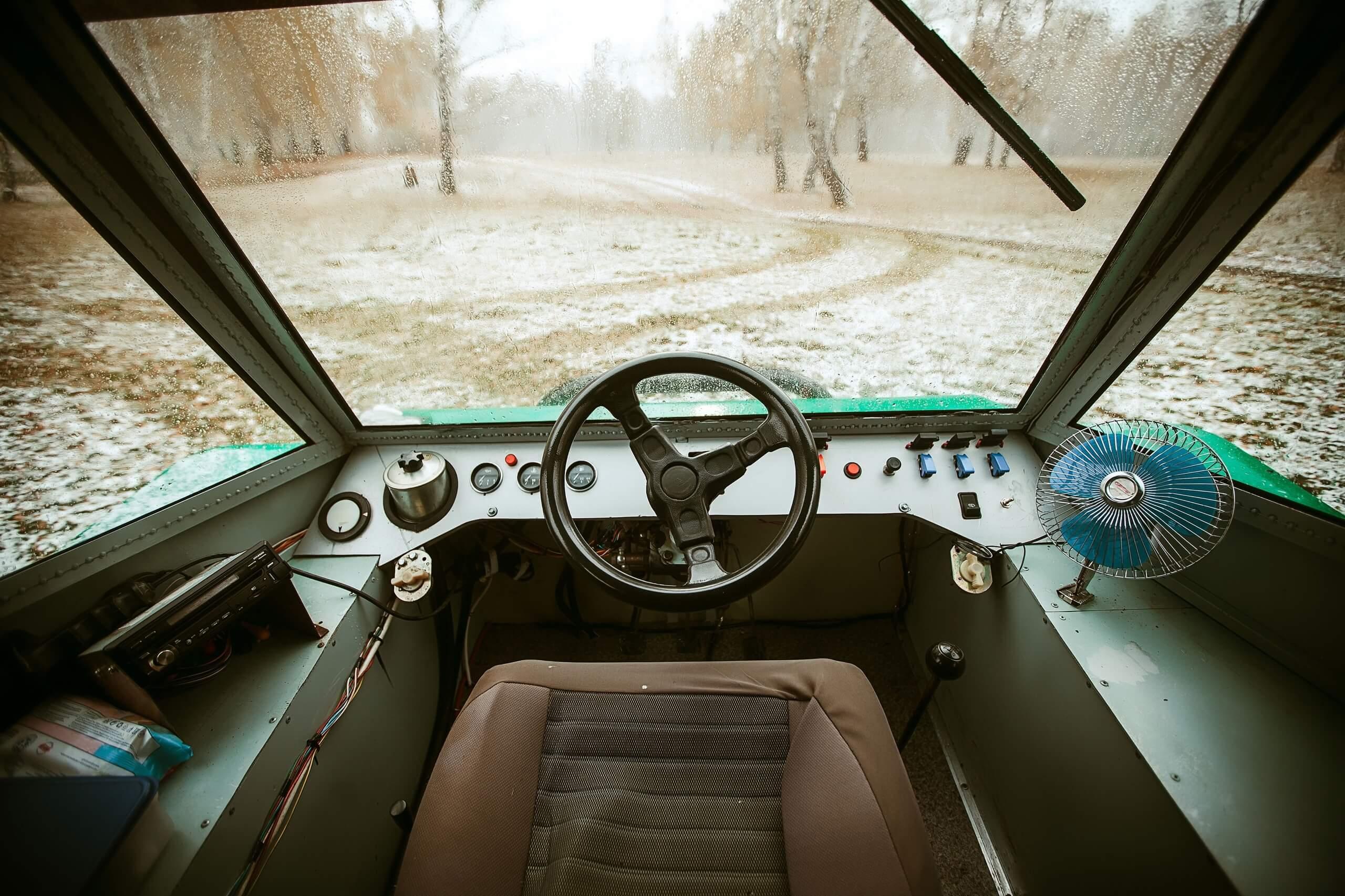 Место водителя схоже с автомобильным, но сиденье установлено посередине