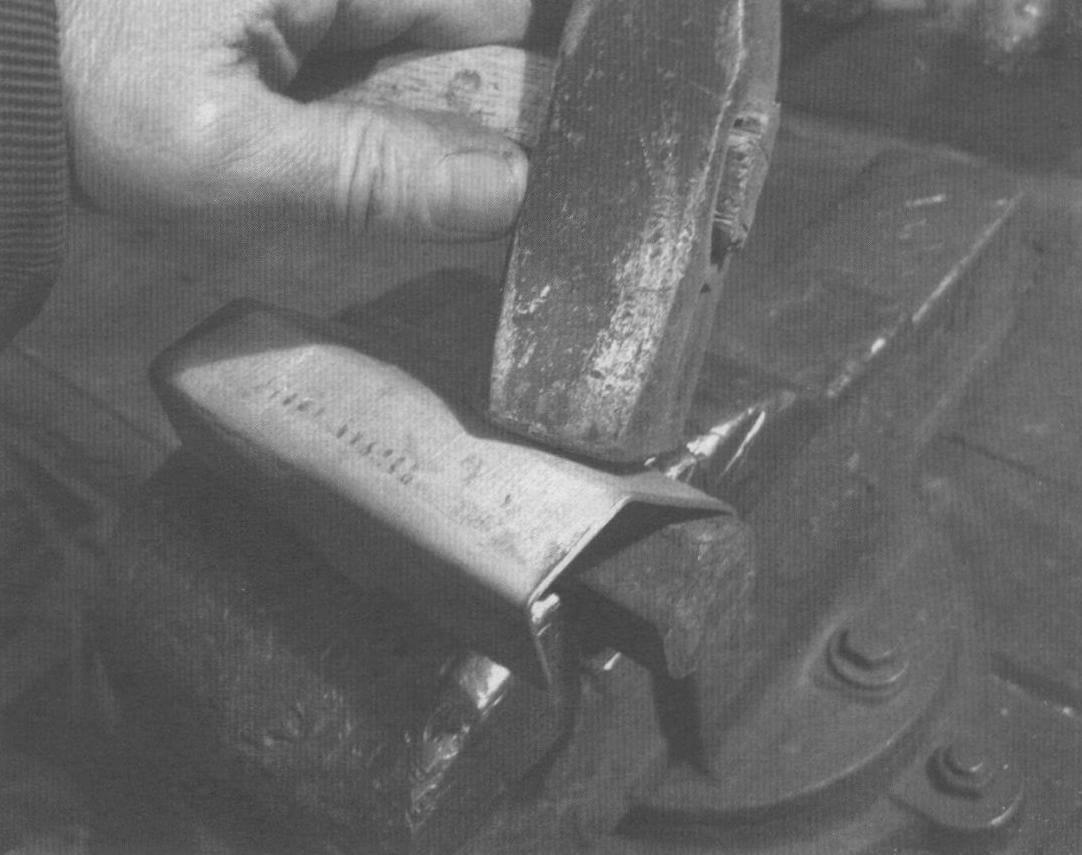 Формование углов дюралюминиевых деталей в тисках молотком