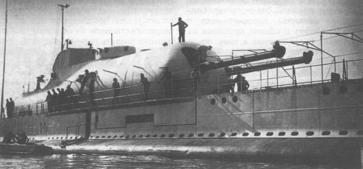 Подводная артиллерийская лодка «Сюркуф» (Франция, 1930 г.). Строилась на госверфи ВМС в Шербуре. Тип конструкции - двухкорпусный. Водоизмещение стандартное/надводное/подводное 2880/3250/4305 т. Размеры: максимальная длина - 110 м, ширина - 9 м, осадка - 7,25 м. Глубина погружения - до 75 м. Двигатель: два дизеля мощностью 7600 л.с. + два электромотора мощностью 3400 л.с., скорость надводная/подводная - 18/10 уз. Вооружение: десять 550-мм (четыре в носу, четыре внешних в корме, 14 торпед) и четыре 450-мм внешних торпедных аппарата (восемь торпед), два 203-мм орудия, два 37-мм автомата и четыре крупнокалиберных пулемета, один гидросамолет. Экипаж: 118 чел. Построена одна единица, погибла в феврале 1942 года.