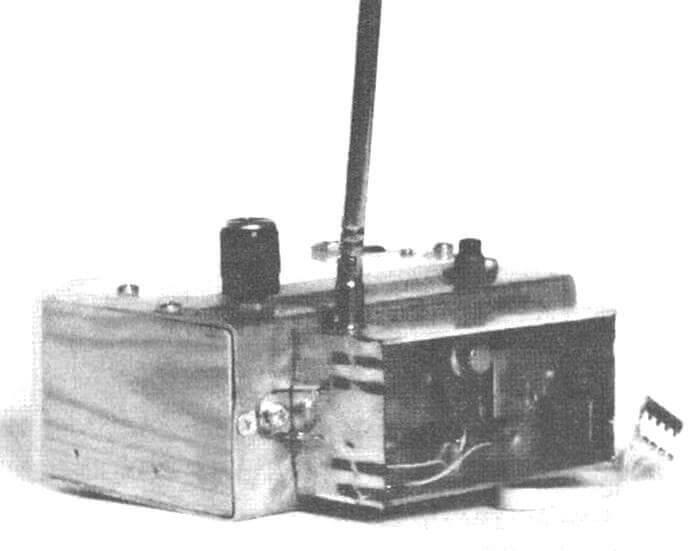 Передающий модуль диапазона 40,7 МГц, установленный на пульте простейшего передатчика «Такамина-Д»