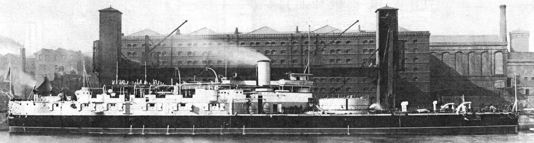 Броненосец «Виктория» у достроечной стенки завода Армстронга в Эльзвике незадолго до того, как 6 апреля 1888 года буксиры отвели его в Чатам для вооружения
