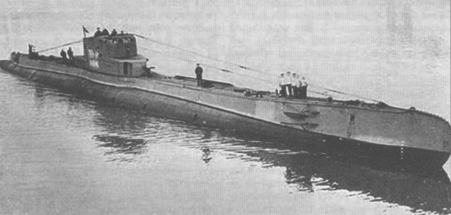 Подводная лодка «Ожел» (Польша, 1939 г.) Строилась фирмой «Де Шельде» во Флиссингене (Голландия). Тип конструкции - двухкорпусный. Водоизмещение надводное/подводное 1100/1475 т. Размеры: длина - 84,05 м, ширина - 6,7 м, осадка - 4,17 м. Глубина погружения - до 80 м. Двигатель: два дизеля мощностью 4740 л.с. + два электромотора мощностью 1100 л.с. Скорость надводная/подводная - 20/9 уз. Вооружение: двенадцать 550-мм торпедных аппаратов (по четыре в носу и корме, два спаренных поворотных на палубе, 20 торпед), одно 105-мм орудие, два 40-мм автомата. Экипаж - 60 человек. Всего в 1939 г. построено две единицы, «Ожел» и «Сеп». «Ожел» погиб в июне 1940 г., «Сеп» интернирован в Швеции, после войны возвращен Польше, сдан на слом в 1970 г.