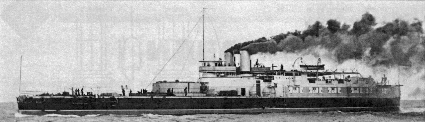 «Виктория» на ходовых испытаниях в июне 1888 года. На фотографии хорошо видно, что на корабле отсутствуют даже противоминные скорострельные пушки, не говоря уже об орудиях более крупного калибра