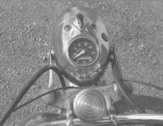 В корпусе фары смонтированы замок зажигания, лампочки указателя поворота и спидометр