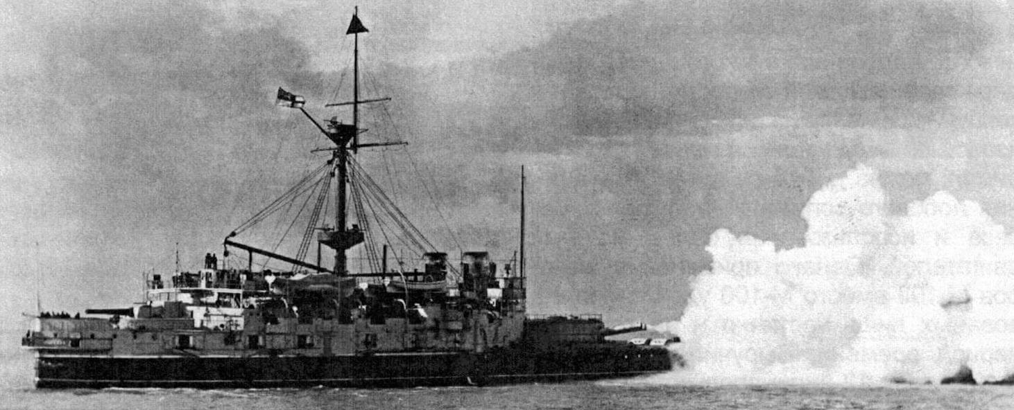 Залп из орудий главного калибра броненосца «Виктория»