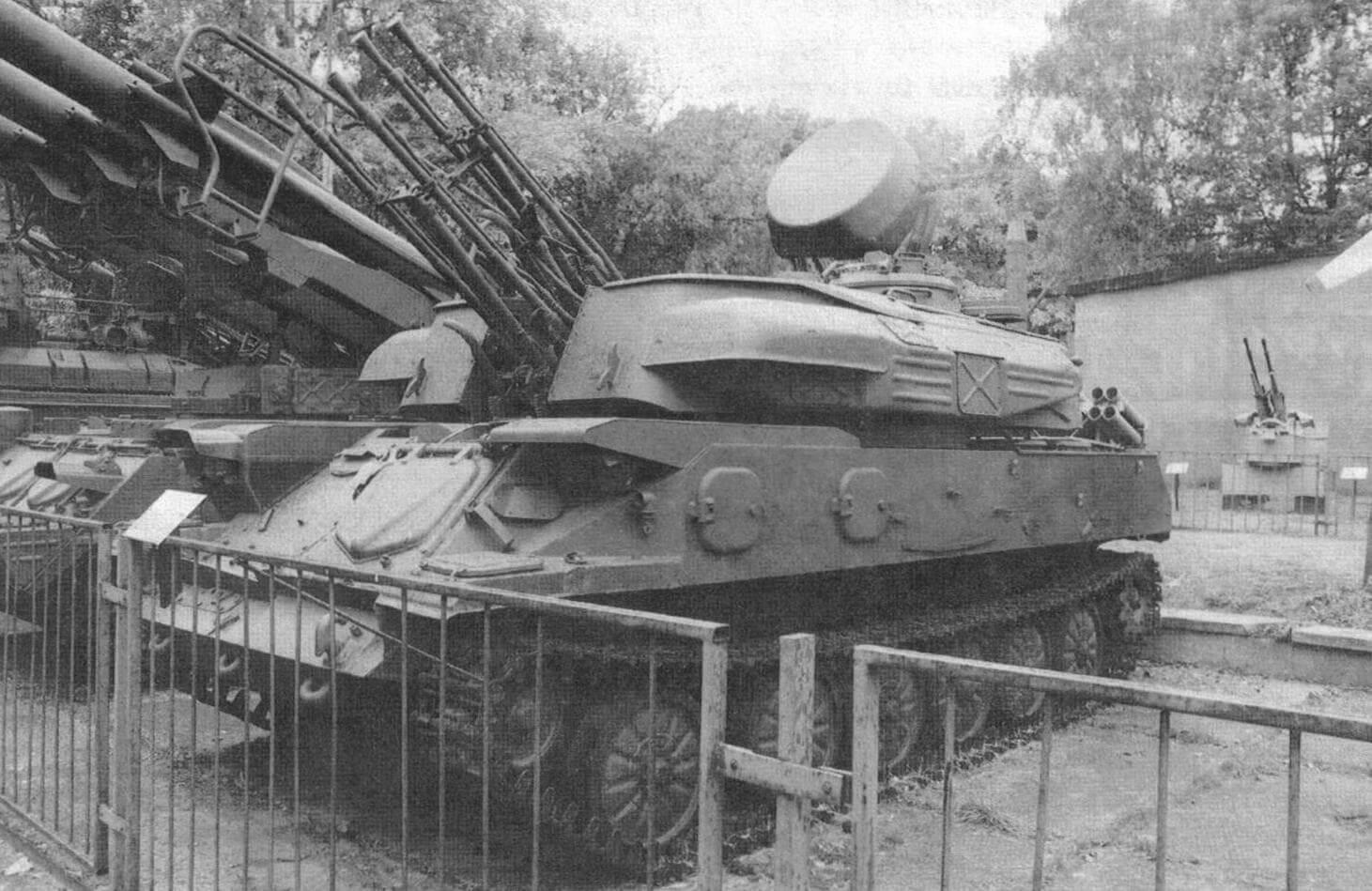 На лобовых скулах башни - характерные кожухи-ограждения системы вентиляции. Машина из коллекции Центрального музея Вооруженных Сил в Москве