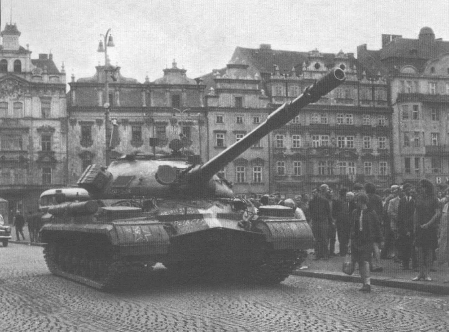 Танк Т-10М в одном из чехословацких городов во время проведения операции «Дунай»