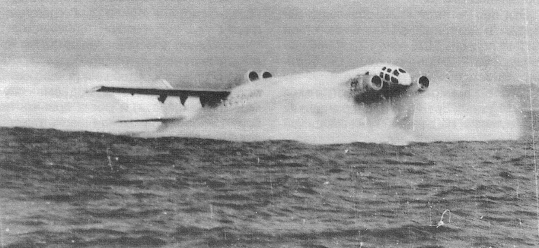 На разбеге 14М1П газовые струи двигателей создавали целые облака из водяных брызг