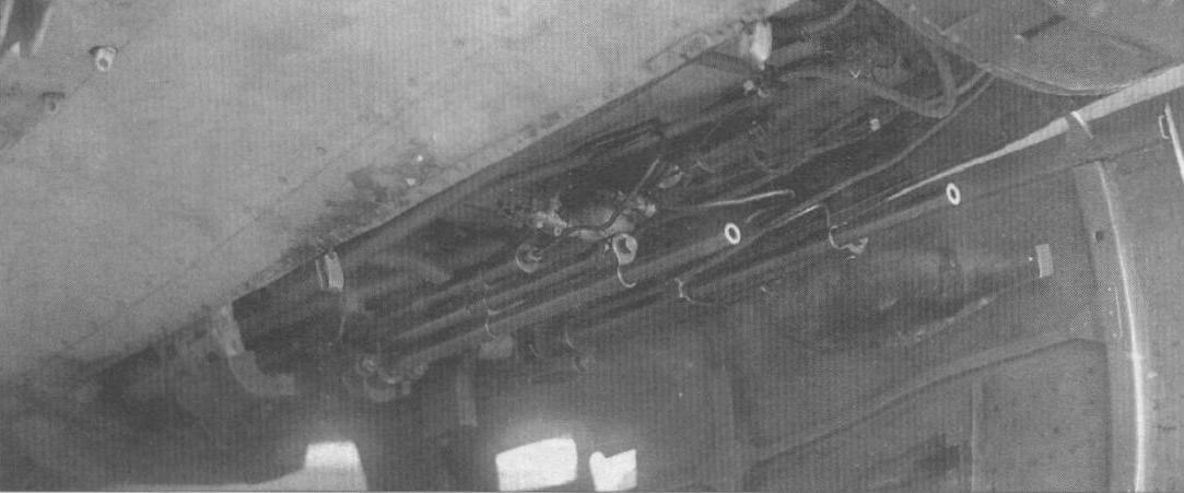 Подфюзеляжная стрелковая установка самолета Пе-3бис с двумя пулеметами УБК в боевом положении. Крышка пулеметного люка открыта