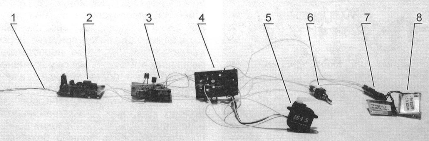 Система «Такамина»: 1 - антенна; 2 - приемник; 3 - дешифратор ДР-2М; 4 - модуль УРМ-4; 5 - рулевая машинка; 6 - выключатель питания; 7 - разъем для подключения аккумуляторов; 8 - два li-pol аккумулятора 0,3 А ч