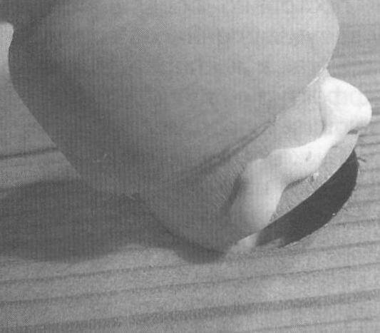 Смазка клеем и установка балясины в гнездо столешницы