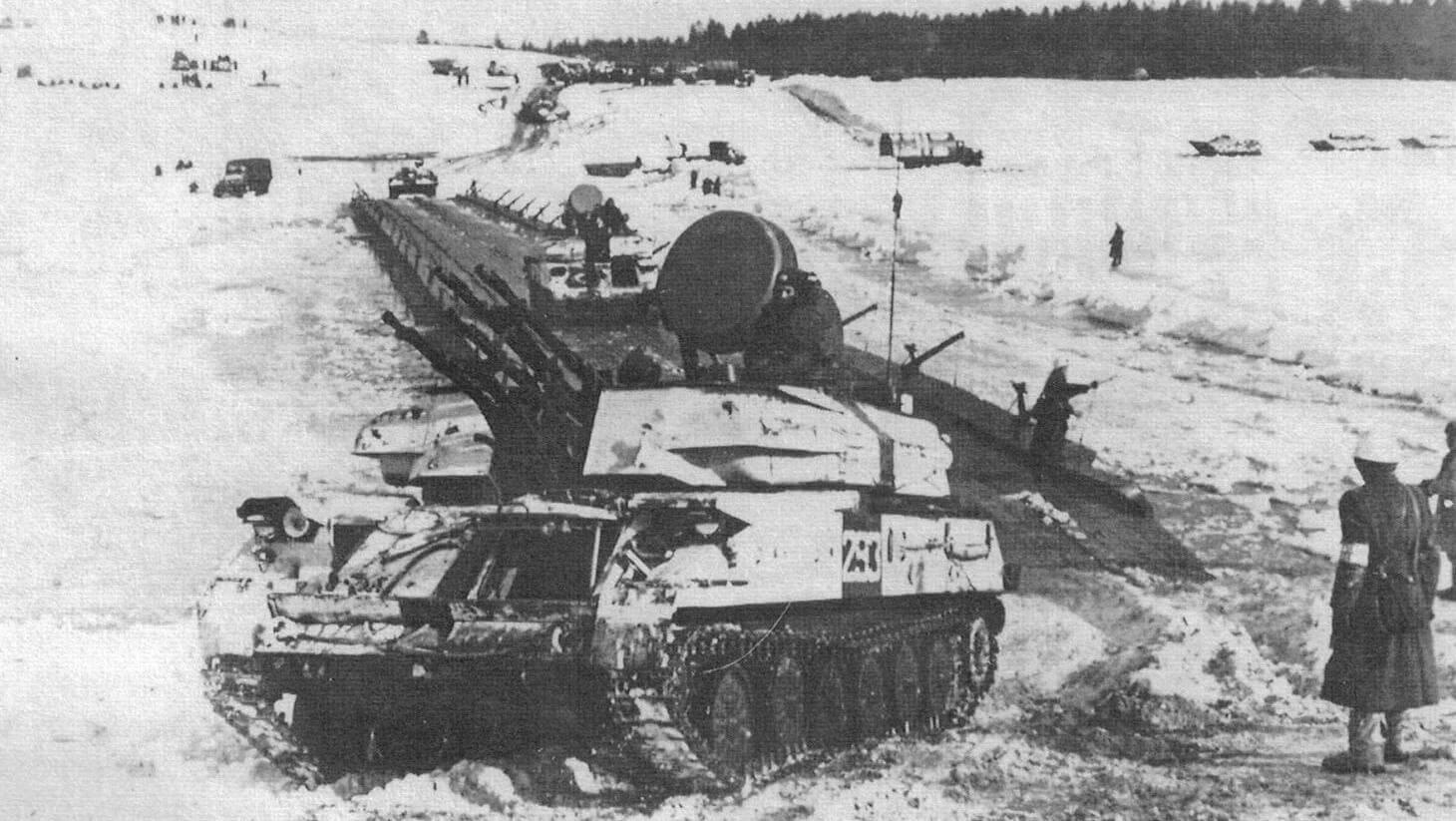 ЗСУ-23-4В1 в составе колонны бронетанковой техники форсируют водную преграду по понтонному мосту. Учения «Двина», 1970 год