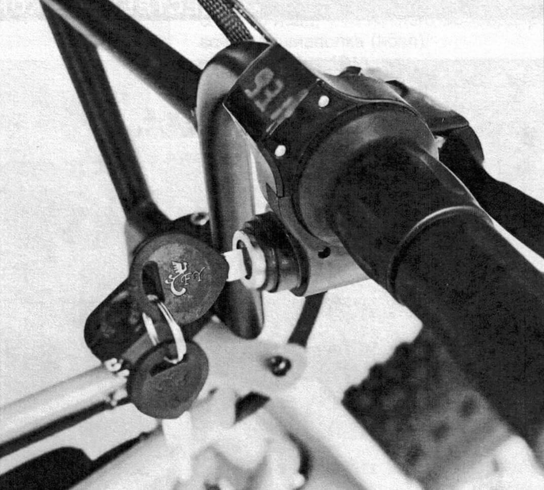 Степень разряда аккумуляторной батареи контролируется по цифровому вольтметру