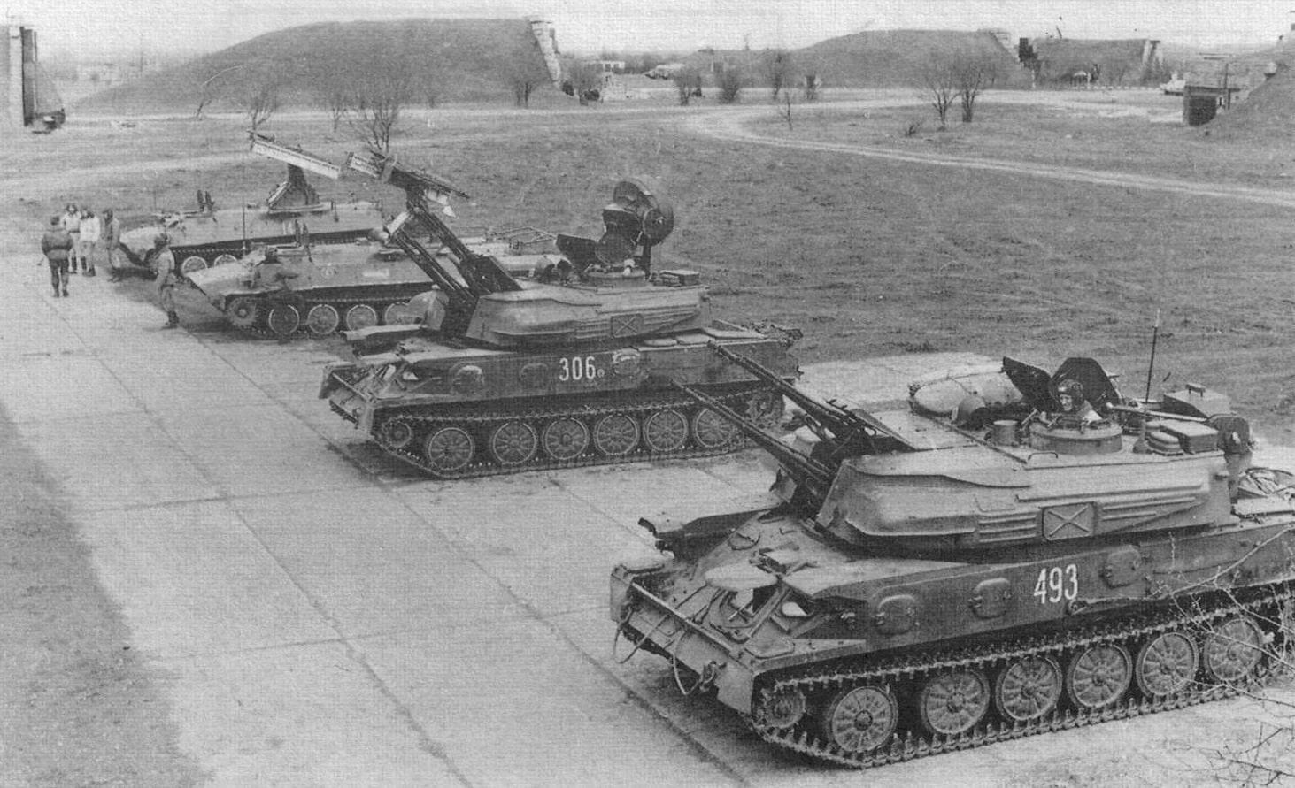 Зенитная ракетно-артиллерийская полковая батарея на учебных занятиях. 14-я армия, Приднестровье, апрель 1995 года. На снимке хорошо виден штатный состав батареи - две ЗСУ-23-4М и два СЗРК «Стрела-10»